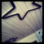 Stjerner med lys i i loftet på børneværelset