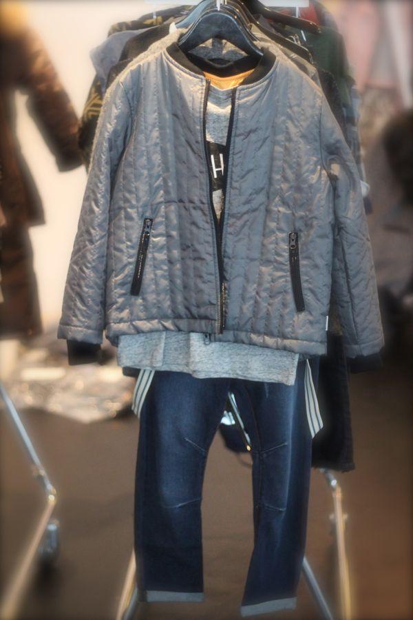 SKØNT outfit med jeans m/ seler, sej tee og fed termojakke med kontrastfarvet inderside